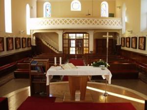 Unutrašnjost crkve s oltara